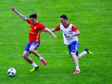 Aritz Adruiz y Héctor Bellerín en el entrenamiento con España