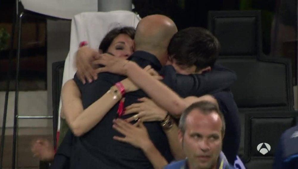 Zidane y su familia, abrazados tras el triunfo del Real Madrid en la final de la Champions