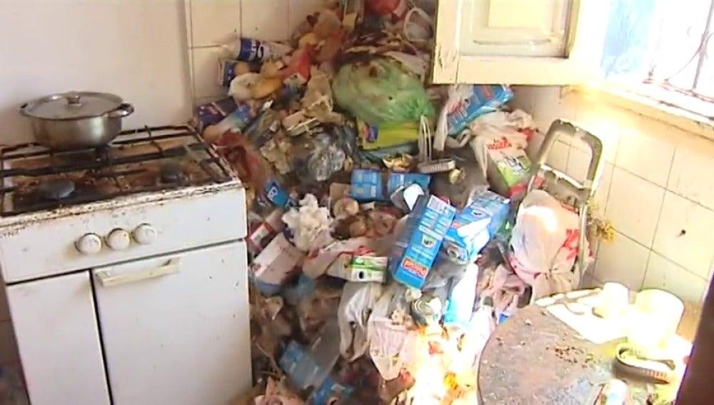 Frame 11.29898 de: Una mujer con síndrome de Diógenes acumula basura durante varios años en el interior de su casa