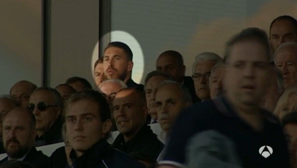 Sergio Ramos observando el partido del Real Castilla