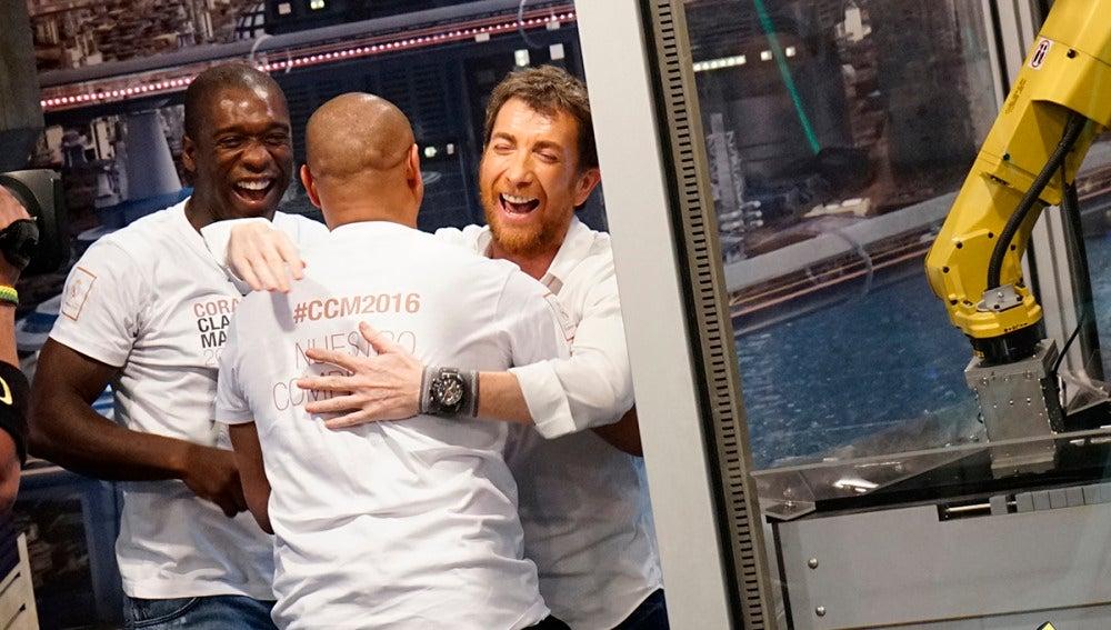 ¿Pueden ganar Roberto Carlos y Seedorf al robot futbolín?