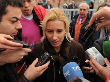 Marta Domínguez charla con los medios de comunicación