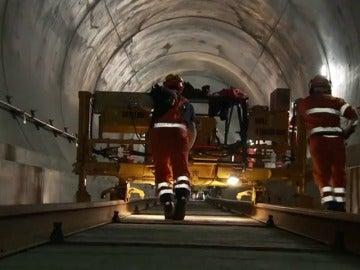 Frame 14.328124 de: Inaugurado el túnel de San Gotardo el más largo y profundo del mundo