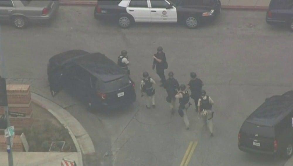 Frame 29.729829 de: La policía investiga un tiroteo en una universidad de Los Angeles (EEUU)