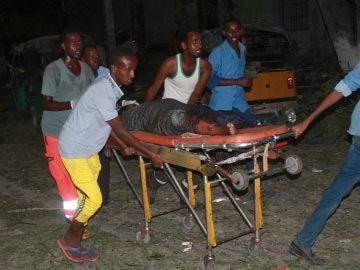 Varias personas transportan a uno de los heridos tras el ataque