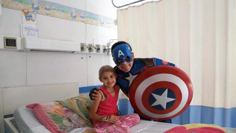 Sergio Gallegos, oncólogo que se disfraza de superhéroe