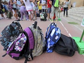 Las mochilas de varios escolares en un colegio