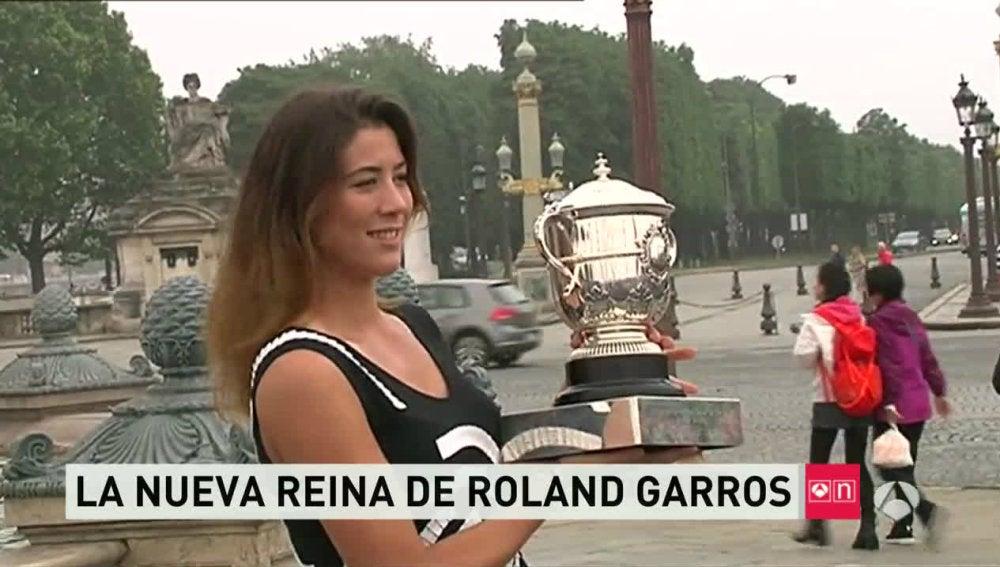 Muguruza exhibe el trofeo ante la prensa en París