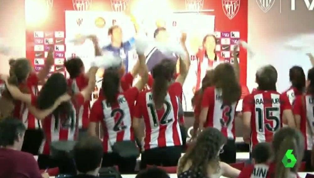 Las jugadoras del Athletic Féminas celebran el título de Liga