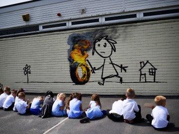 El mural que Banksy ha regalado a los alumnos