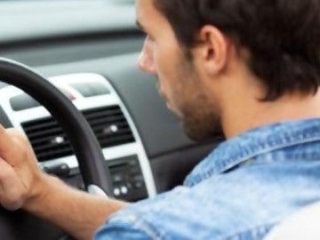 Un conductor con un móvil