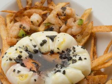 Huevos, gambas, ajos frescos y patatas paja