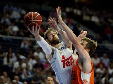 Nocioni anotando una canasta ante Valencia Basket