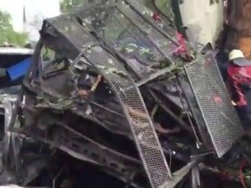 Frame 113.702897 de: Al menos once muertos y 36 heridos por una explosión al paso de un autobús policial en Estambul