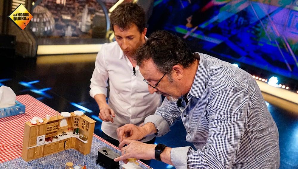Pablo Motos y Jean Reno hacen la tortilla de patata más pequeña del mundo
