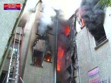 Frame 3.599107 de: Incendio a las afueras de París deja 5 muertos