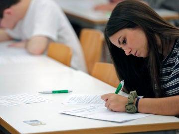 Alumnos haciendo un examen de Selectividad en Valencia