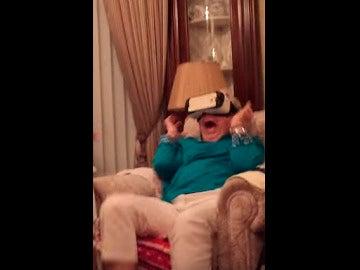 La abuela se llevó un gran susto al probar las gafas.