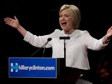 Hillary Clinton pronuncia un discurso ante seguidores al final de la Noche de elecciones primarias en Brooklyn, Nueva York (EEUU).