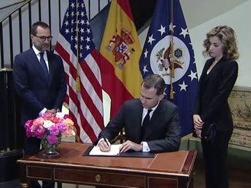 Frame 45.111836 de: Los Reyes expresan en la embajada de EE.UU. su consternación por el atentado