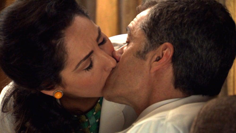 Aitana besa a Martos