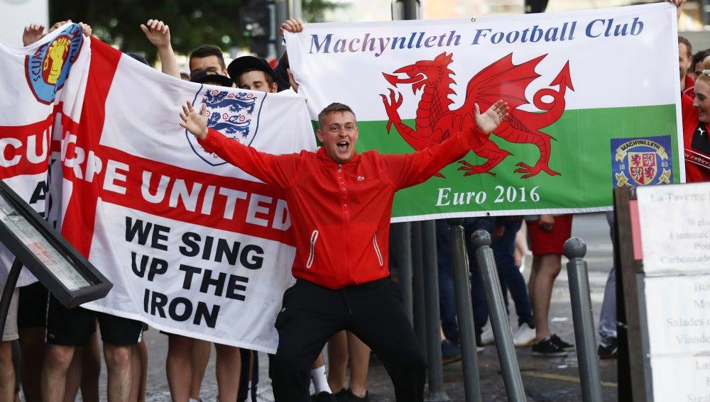 Ultras ingleses y galeses se enfrentan a los rusos en Lille