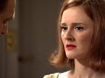 Víctor le confiesa a Loli que es un espía