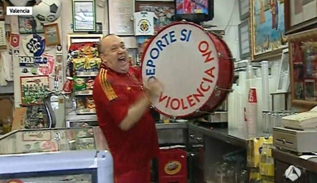 Manolo 'el del Bombo' celebra el gol de Piqué