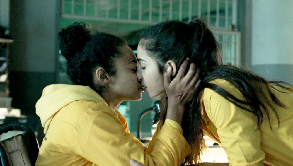 Rizos y Saray culminan su juego de preguntas con sexo en la biblioteca