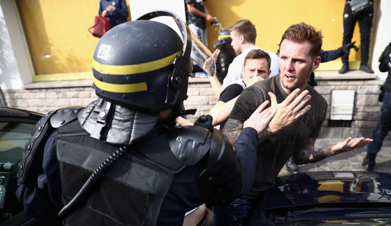 Un policía pide calma en Lille