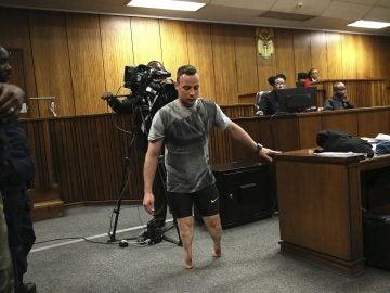 Pistorius caminando sin prótesis en su juicio