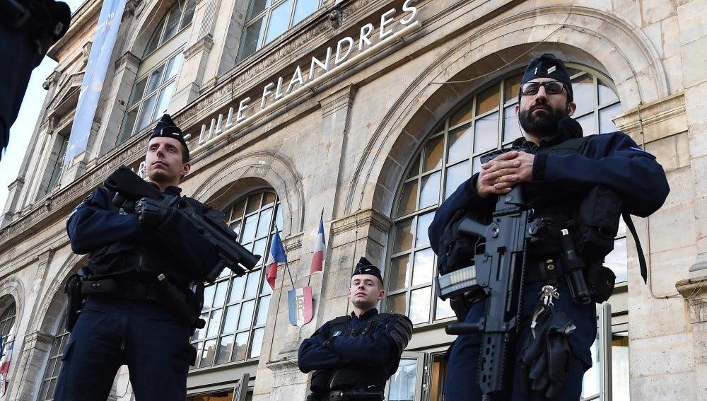 La policía francesa vigila los alrededores de la estación de Lille, en Francia