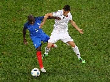 Ledian Memushaj y N'Golo Kante pelean por un balón