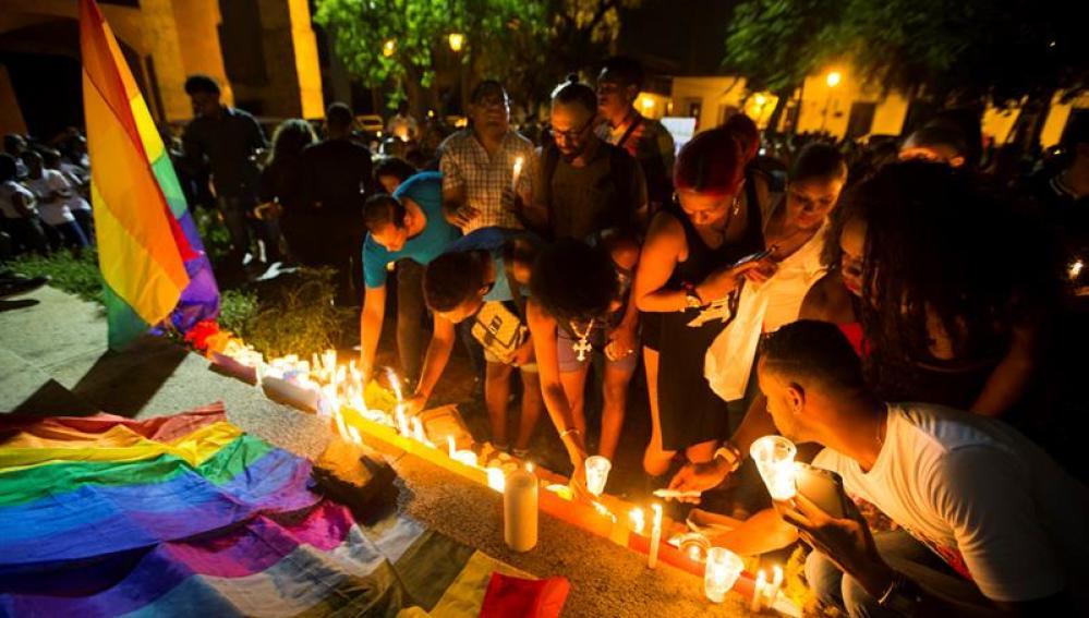 Personas participan en un tributo a las víctimas del tiroteo