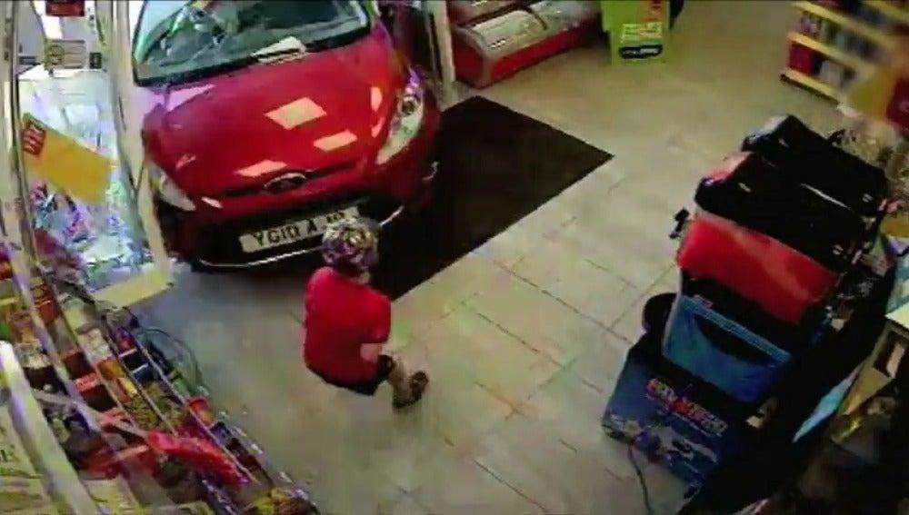 Frame 8.521557 de: Un conductor pierde el control del coche y destroza una tienda