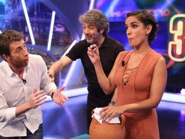 Inma y Ricardo juegan con el público al 'juego de las olivas'