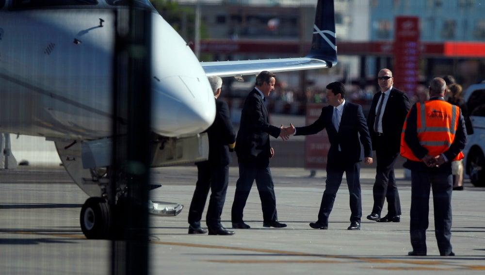 David Cameron saluda a Fabian Picardo