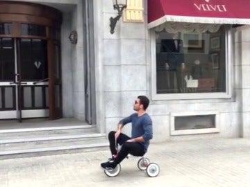 Miguel Ángel Silvestre no estaba muerto, estaba de parranda y regresa a 'Velvet' en triciclo