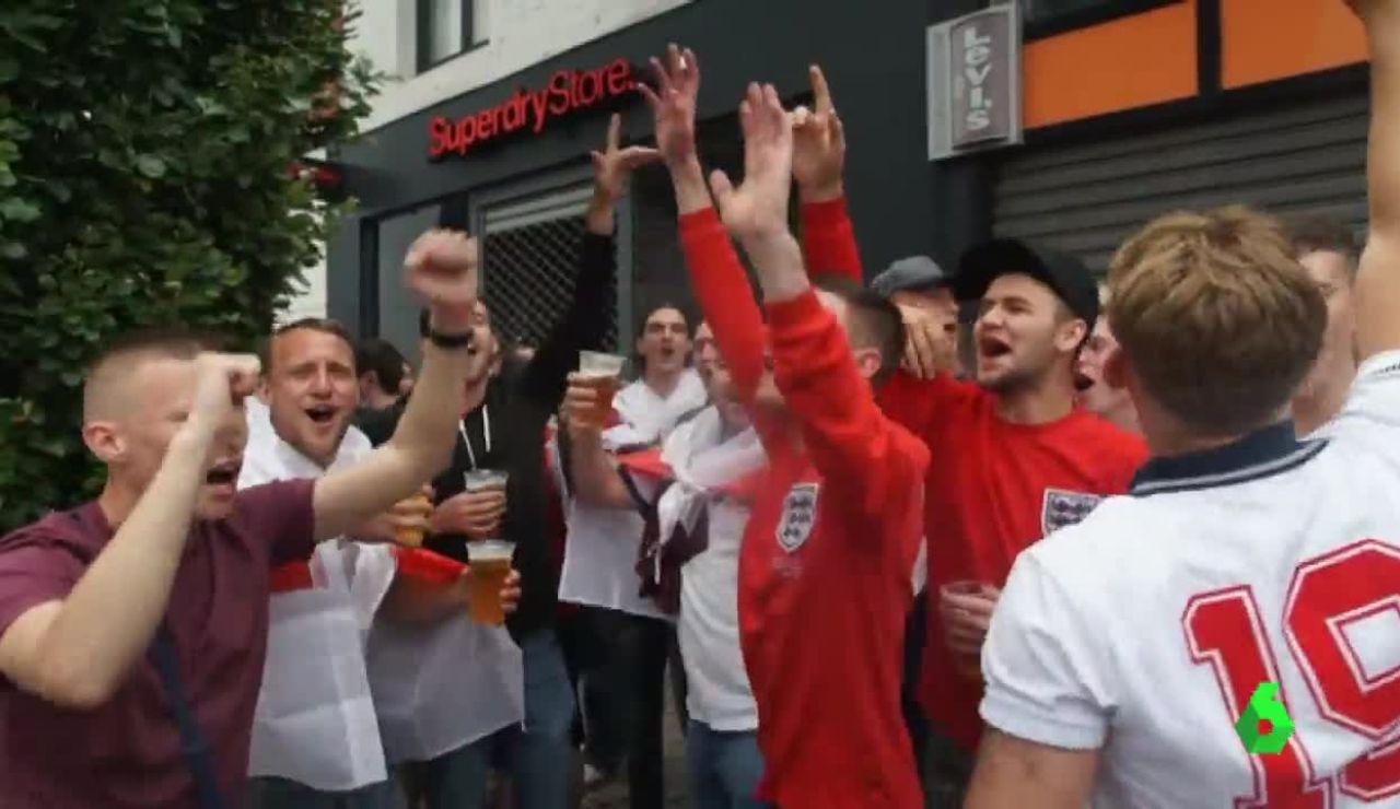 Seguidores ingleses celebrando la victoria ante Gales