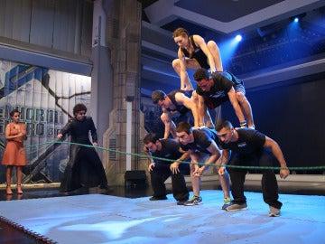 ¿Es posible saltar a la comba mientras se hace una pirámide humana?