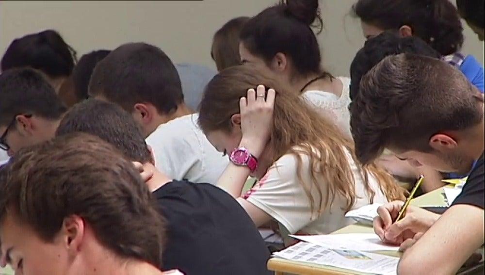 Varios estudiantes hacen un examen