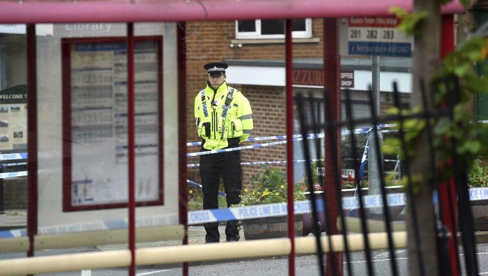 Un policía hace guardia en el lugar del asesinato