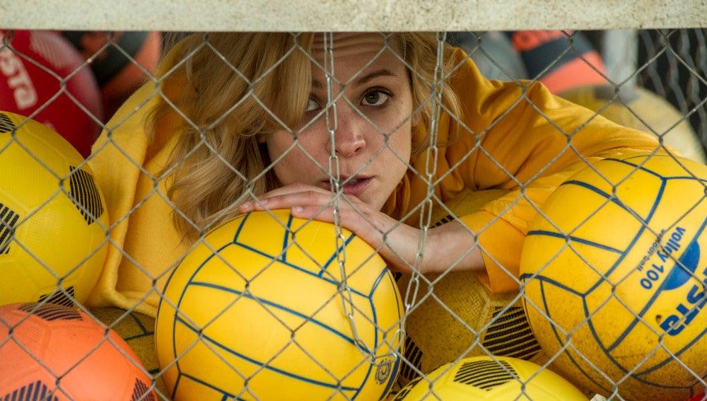 La mayoría de los balones entre los que se esconde Maca, son amarillos