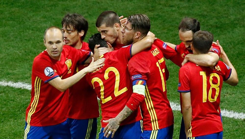 Morata celebra uno de sus goles ante Turquía