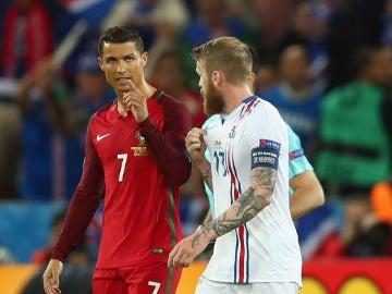 Cristiano Ronaldo y Aron Gunnarsson dialogan después del partido