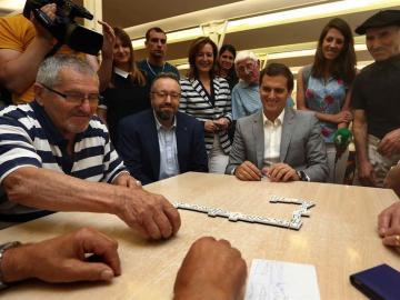Rivera y Girauta jugando al dominó