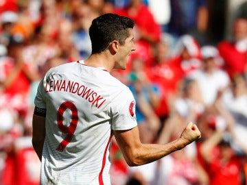 Lewandowski celebra un gol en la tanda de penaltis