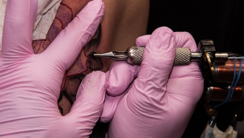 Un hombre haciendo un tatuaje