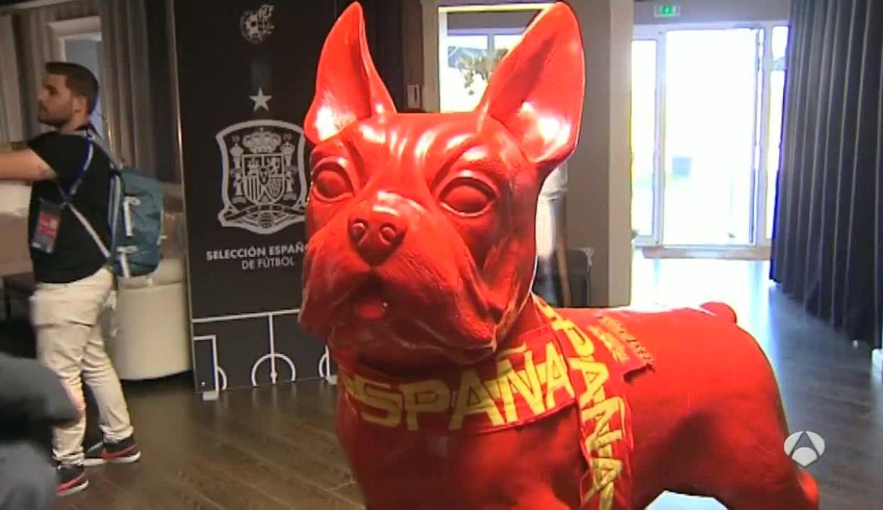 La mascota de España en el hall del hotel de concentración