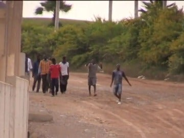 Frame 3.416613 de: Unos 25 inmigrantes logran llegar al CETI tras saltar la valla de Melilla